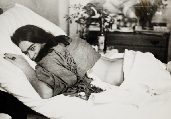 frida-kahlo-lying-on-her-stomach