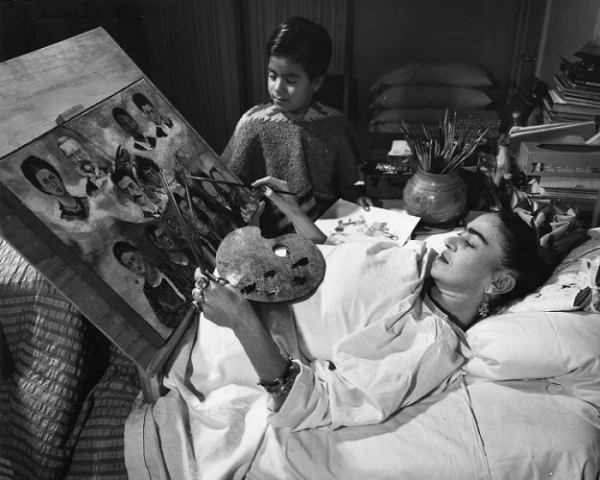 frida-paint-on-her-bed