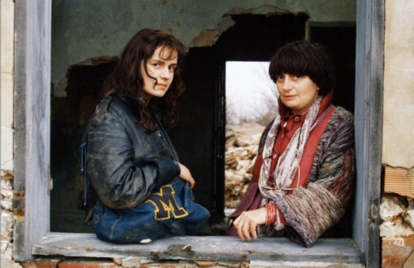 Sandrine_Bonnaire_and_Agns_Varda_in_Sans_toit_ni_loi_1985