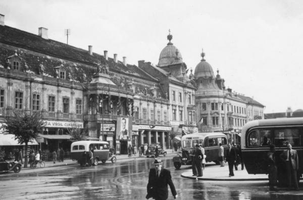 Fo_ter_a_Szentegyhaz_utca_torkolata_fele_nezve_balra_a_Banffy_palota.
