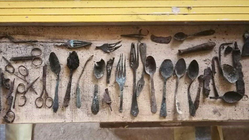 Elrejtett tárgyakat találtak Auschwitz egyik blokkjának kéményében – kultúra.hu